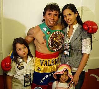 Edwin Valero junto a su familia.