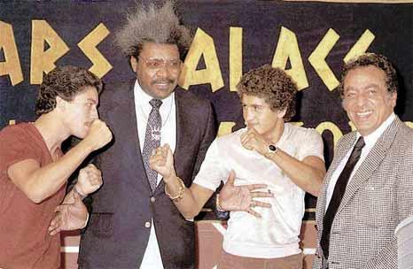 Wilfredo Gómez, rodeado del promovedor Don King, y el desparecido José Sulaimán acepta frente Salvador Sánchez, reto de campeones que ya no surgen.
