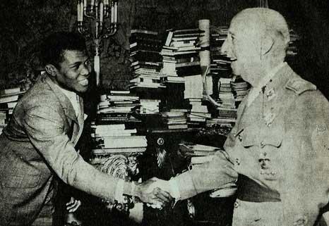 Franco recibiendo en su despacho de El Pardo al popular boxeador