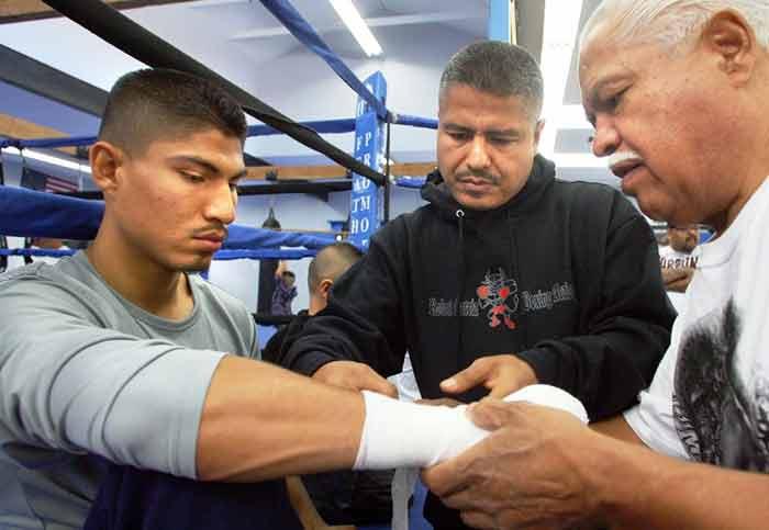 Mikey García junto a su hermano Robert García