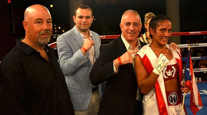 Amanda Serrano con David Schuster y Greg Cohen