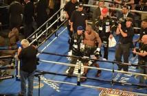Yunieski Gonzalez, mientras se retiraba del ring completamente afligido tras ser despojado de un merecido triunfo el pasado sábado en Las Vegas - Foto: Manuel Menéndez-
