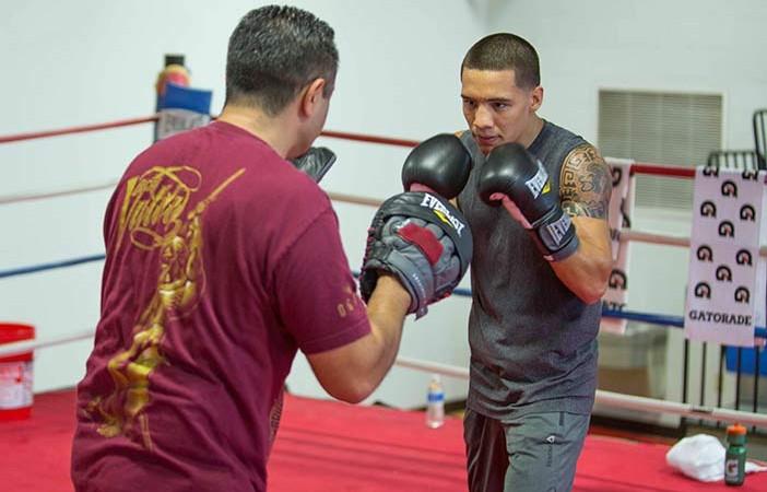 Oscar Valdez entrenando con Manny Robles