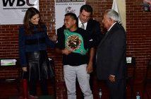 """""""Chocolatito"""" González recibe el cinturón del CMB"""