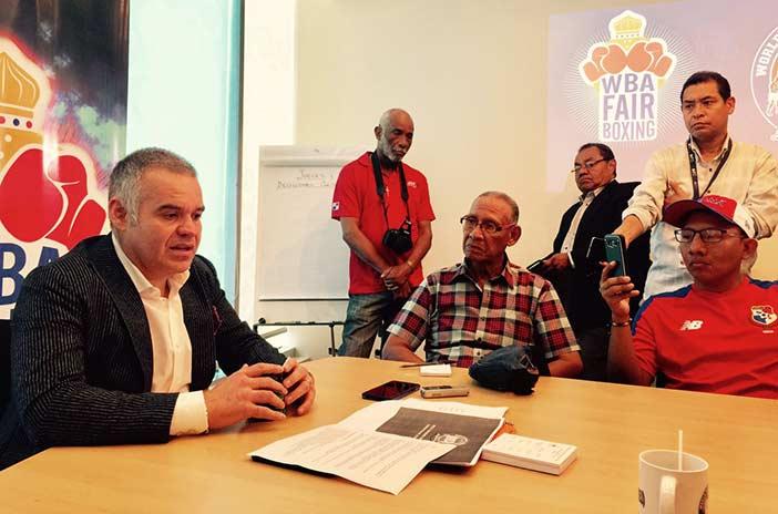 A la izquierda Gilberto Jesús Mendoza presidente de la AMB