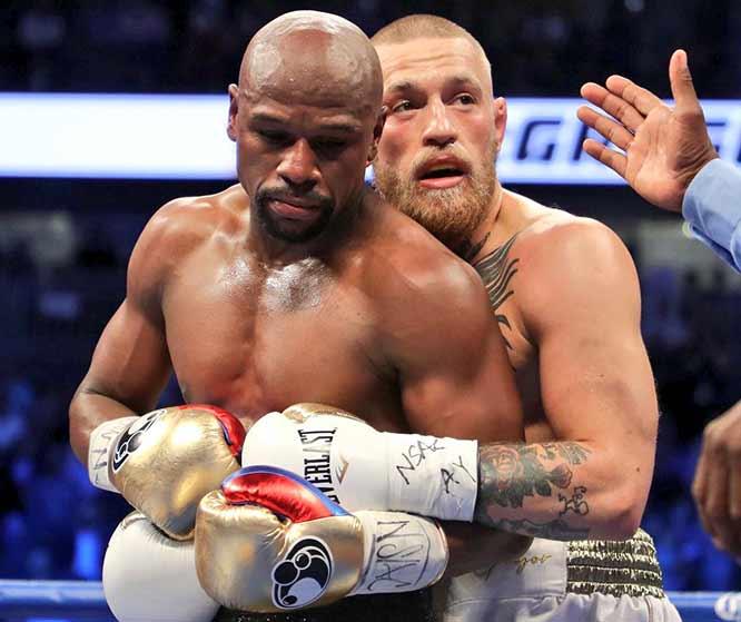 McGregor agarra por la espalda a Mayweather