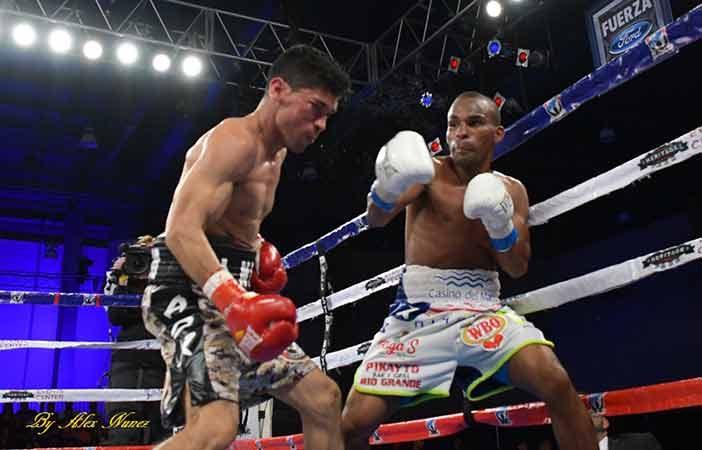 Jonathan 'Bomba' González vs Julián Yedras (FOTO POR ALEX NUNEZ)