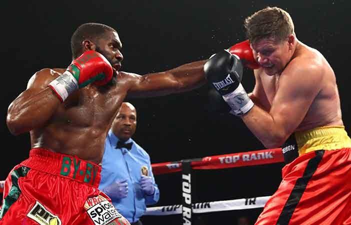Jennings vs Dimitrenko (Foto: Mikey Williams / Top Rank)
