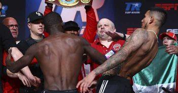 Crawford vs Benavidez en pesaje (Foto: Mikey Williams / Top Rank)