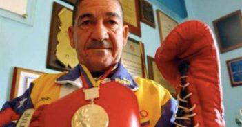 """Francisco """"Morochito"""" Rodriguez con su presea dorada de México 68'."""