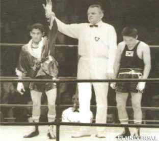 """El árbitro levanta el brazo de """"Morochito"""" en la final olímpica contra el surcoreano Jee Yong-Ju."""
