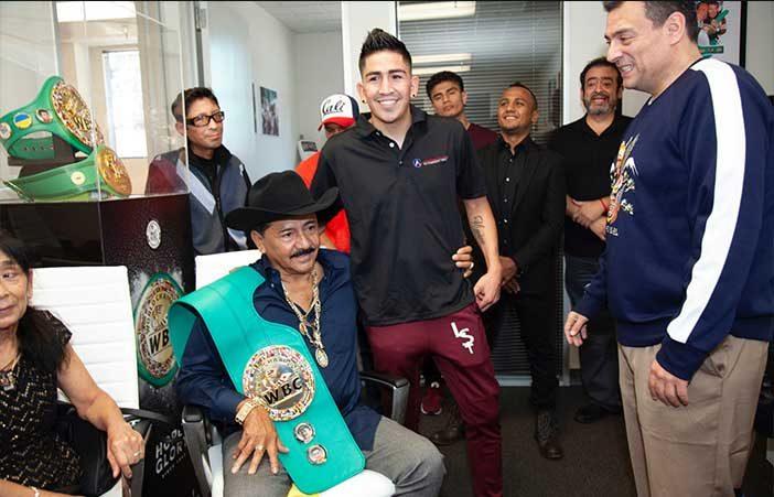 José Santa Cruz junto a su hijo Leo Santa Cruz y Mauricio Sulaimán
