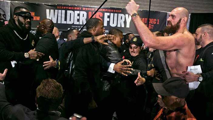 Deontay Wilder y Tyson Fury acabaron sujetados
