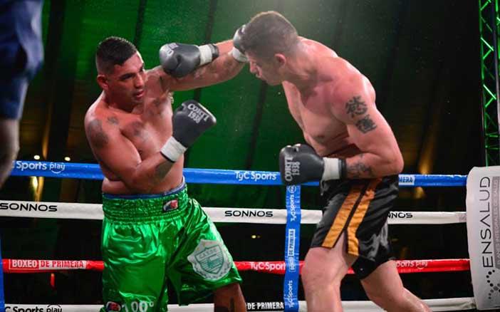 Darío Balmaceda golpea a Pablo Farías (Argentina Boxing Promotions)
