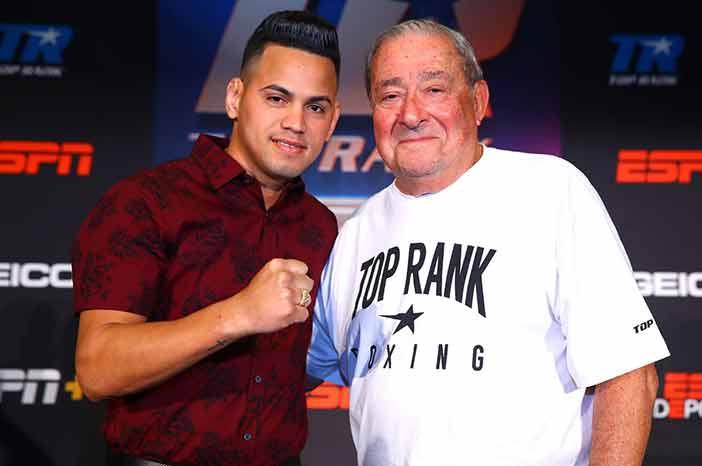Robeisy Ramírez y Bob Arum (Foto: Mikey Williams / Top Rank)