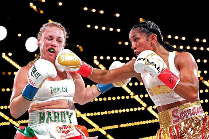 AmandanSerrano vs. Heather Hardy (Foto: Ed Mullholland / Matchroom Boxing USA)