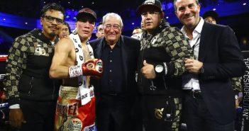 En el centro Óscar Valdez, Bob Arum y Eddie Reynoso (Mikey Williams/ Top Rank)