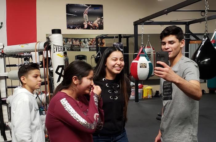 Ryan García sorprendiendo a fan (Foto: Nancy Rodriguez)