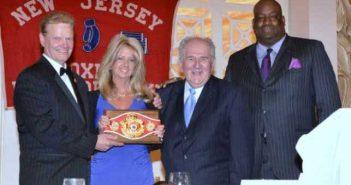 Julie Lederman y su padre están flanqueados por Henry Hascup, presidente del Salón de la Fama del Boxeo de Nueva Jersey y Aaron Davis, ex presidente de la Comisión de Boxeo de Nueva Jersey.