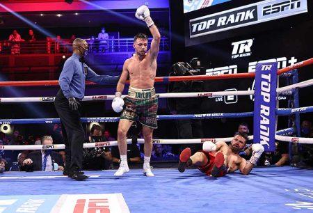 Josh Taylor derriba a José Ramírez (Mikey Williams / Top Rank vía Getty Images)