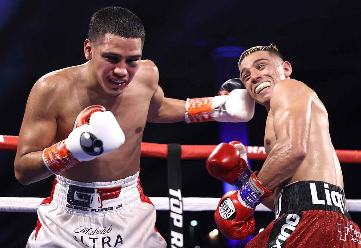 GabrielFlores Jr. golpea a Luis Alberto López (Foto: Mikey Williams / Top Rank vía Getty Images)